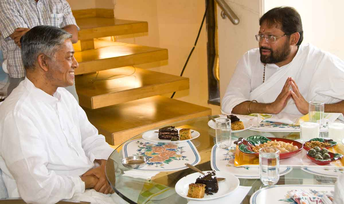Pujyashri Deepakbhai-Gurudev Rakeshbhai-Lunch Together-2