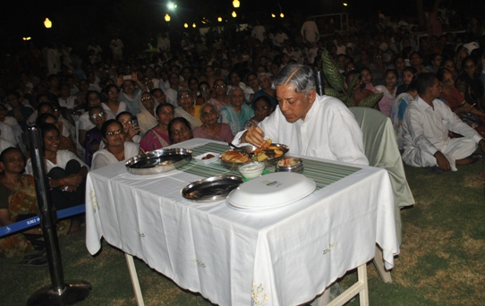 Pujyashree taking Dinner with all Mahatmas